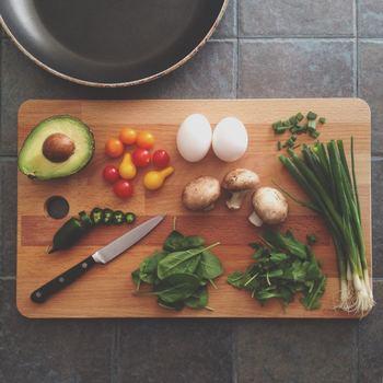食材をカットしグリラーに入れたら、オイルをまわしかけ塩などをまぶします。