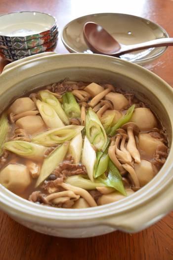 東北地方の郷土料理として有名な『芋煮』。メインンはもちろん里芋です。地方によって醤油ベース、味噌ベースとありますが、こちらはお醤油の芋煮になります。里芋のホクホク感がなんともいえないおいしさです♪