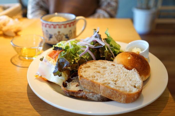 「ランチプレート」は、トーストとスープ、サラダのセット。サラダは地元の採れたて野菜をたっぷり使っていて、鮮度の良さが伝わってきます。また、こちらのセットはパンがおかわりできるのも魅力。甘いパン・しょっぱいパン・ミックスなど、リクエストに合わせてランダムに持ってきてもらえるんです。見た目よりもボリュームがあって、男性でも満足できると評判なんですよ。
