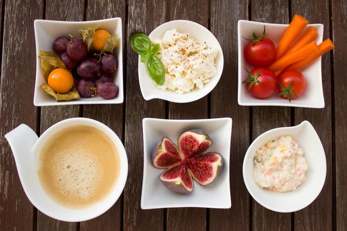 そのままサラダにトッピングしたり、ドレッシングやサンドイッチ、スイーツなどさまざまなお料理に用いられます。酢やレモン汁を乳に加えて凝固させ、水を切るという方法で家庭でも比較的簡単に作れるので、一度挑戦してみてはいかがでしょうか。