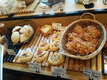 パンとドリンクだけ、という気軽なランチもOK。また、毎日お店で焼きあげるパンは、テイクアウトもできますよ。