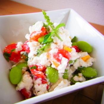 プチトマトに枝豆、コーンの赤黄緑の3色が入ったカラフルサラダ。パーティのオードブルにもオススメ。