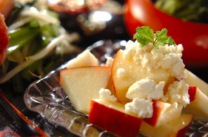 りんごのしゃきしゃき感とカッテージチーズのまろやかさがナイスコンビネーション。はちみつをかけるとおいしさがアップします。