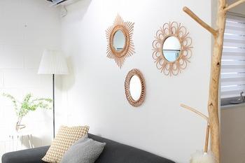 ヨーロッパで古くから愛されているラタンミラーは、日本でもここ最近のインテリアで人気のアイテムのひとつ。ハンドメイドの温もりと、きれいで正確なデザインは、壁にいくつも飾って眺めていたくなる可愛らしさ。