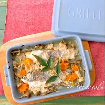 スズキと野菜を入れて、あわせ調味料をかけてオーブンで蒸し焼きのシンプル調理です。魚は白身魚なら他のものでもOKですよ。