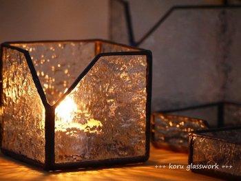 キャンドルには、キャンドルがさらに素敵になるキャンドルホルダーとのペアリングがおすすめです。ガラスを1枚隔てるだけで、こんなにも表情が変わるなんて…。まさに魅了されてしまいますね。この灯火をぜひ贈ってみませんか?