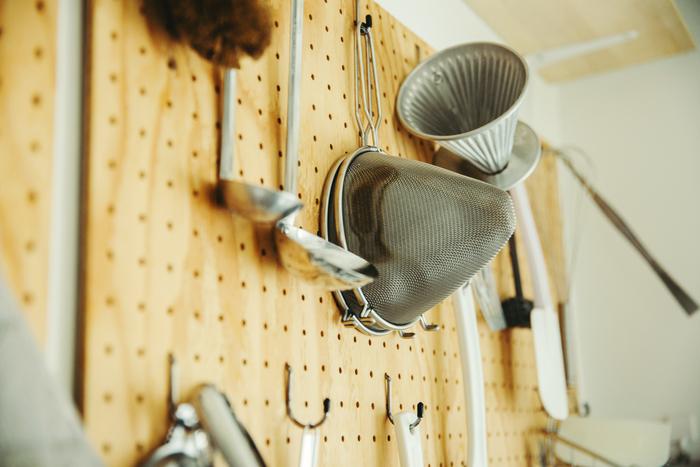 細川さんの仕事場には、数々の料理道具が並びます。ボードに付けたフックに吊り下げ、使いやすいように。