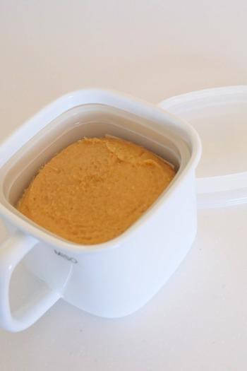 ホーロー製の角型ポットに味噌を容器ごと入れると詰め替えの手間なく、簡単に味噌のパッケージを隠すことができます。持ち手もついているので取り出しも楽チン。密閉性もアップするのでおすすめです。