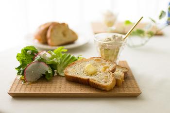 彫りのラインが入ったパン皿は、美しいだけでなく結露した水滴が戻りにくいため、温めたパンに最適です。スライスしたバゲットや食パンをのせるのにちょうどいい大きさを選びましょう。