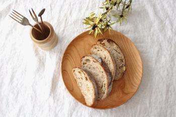 こちらのような天然木のパン皿は、なめらかなフォルムと手ざわりで、どんなパンをのせても絵になります。パンとオードブルを一緒にのせて、ワンプレートの朝食にもぴったり。