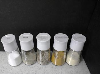 調理中にさっと使いたいスパイス類。キッチンに出しっぱなしにしておくなら、買ってきたままの瓶だとゴチャゴチャした印象に。シンプルデザインのスパイスボトルで統一させて並べるとスッキリします。