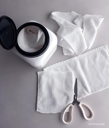 使い古したタオルをカットしておいて、ウエスとして使えるように容器へ入れておくと、さっと掃除ができて◎ふたが大きな容器を使うと、補充の際にもたたまずにポイポイ入れられます。