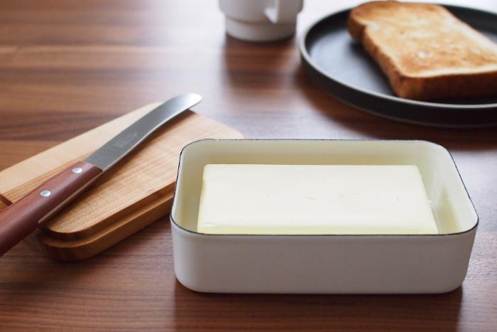 パンのおともといえばバター。新鮮さを守るために、専用のケースにしまいましょう。野田琺瑯がつくったバターケースは、臭いうつりがなく冷却性ばつぐん。サクラの天然木で作られた蓋も素敵ですよね。