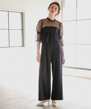 シックな黒のパンツスタイルの場合は、レースを取り入れたデザインを選んだり、細めのヒールを選んだりして女性らしさを取り入れたいですね。