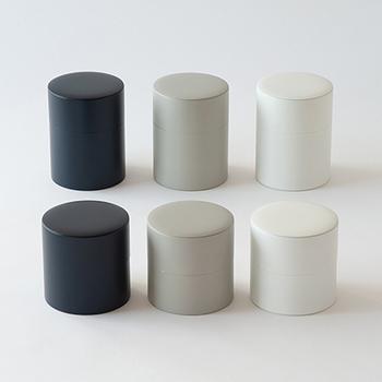 シンプルモダンなデザインが素敵な茶筒。茶葉やティーバッグを湿気や光から守ってくれます。一般的な茶筒よりも大きめなので、密閉キャニスターとしてさまざまな食材を保管することもできます。