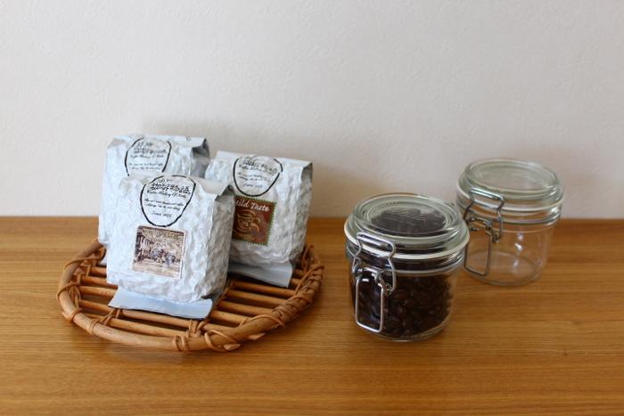 中身が見えてもおしゃれな印象になるコーヒー豆は透明のキャニスターに詰め替えるのがおすすめです。香りが飛んでしまわないように、パッキン付きの密閉性の高いものを選びましょう。