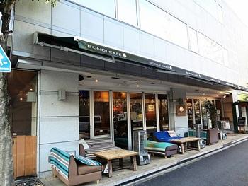 代々木公園駅・代々木八幡駅より歩いて約5分のところにある「ボンダイカフェヨヨギビーチパーク」。店名の通り、ビーチを思わせるインテリアのおしゃれなカフェ。晴れた日はぜひテラス席へどうぞ。