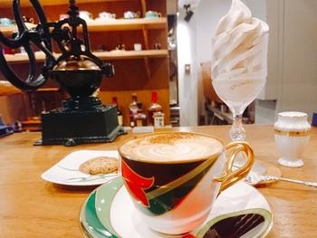 1人ひとりの好みに合わせてオリジナルブレンドのコーヒーを淹れてくれるサービスが嬉しい…!ソフトクリームも人気のメニューなので、コーヒーと一緒にオーダーするのがおすすめです。