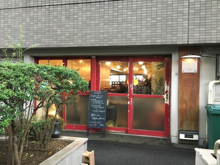 渋谷駅から歩いて約10分、渋谷NHKの近くにある人気店「ザリガニカフェ」。ちょっぴりレトロな雰囲気の赤枠の扉が目印です。