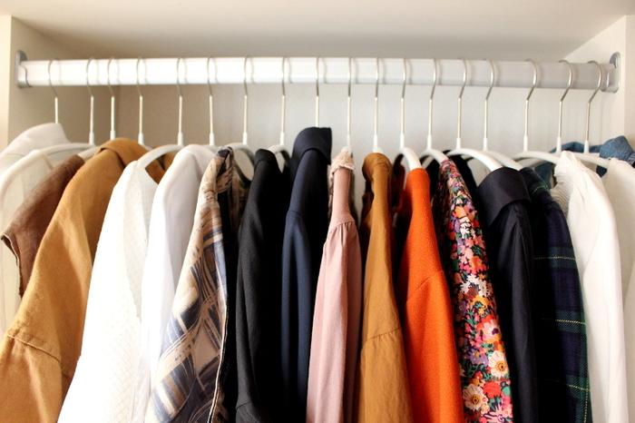 『いつでも、HOME』のまどなおさんもハンガー収納派で、「ハンガーの本数は増やさない」ようにして服が無駄に増えないよう工夫しています。 更に「着た服を戻す時に、一番左側に掛ける」というルールを決めて、着用頻度の低い服がひと目わかるようにしているのだそう。