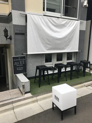 代々木公園駅から歩いて約5分の「THE LATTE TOKYO 」。モノクロを基調としたシックな外観とと看板がおしゃれなラテ専門店です♪