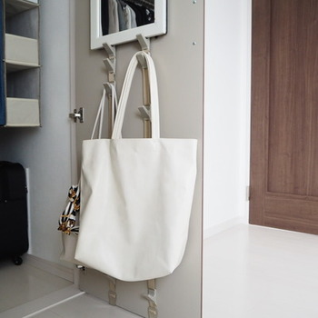 小物や普段使うトートバッグなど定位置を決めておくと乱雑になりません。 ドアの内側なら普段は見えませんし、かけておけばすぐに取り出せて便利ですね。
