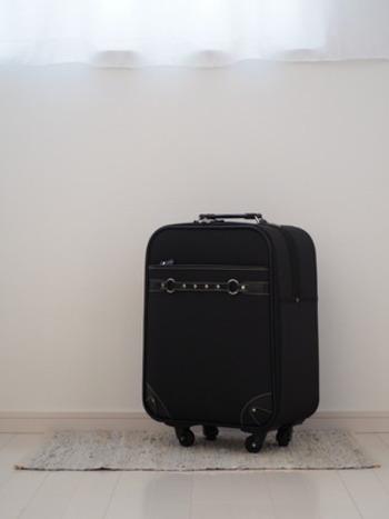 キャリーバッグも収納スペースになります。 旅行の時にしか使わない小物やポーチ類などは、キャリーバッグに一緒にまとめてしまいましょう。 キャスターが付いているので、クローゼットの多少奥にしまっても取り出しやすいです。