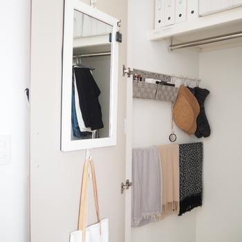 フックはドアの内側にもつけられます。 鏡をつければ、コーディネートをすぐに確認できてとっても便利ですね。