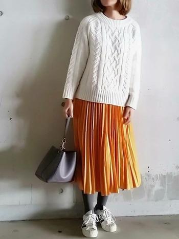 華やかなオレンジのスカートにも、グレーのタイツを。黒よりも柔らかくこなれた印象になりますよね♪