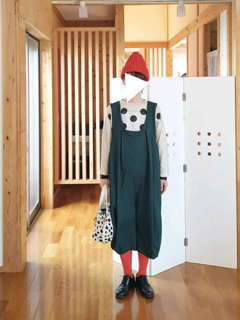 ニット帽とトーンを合わせて、グリーン×レッドのクリスマスカラーコーデ♪遊び心のあるコーデが好きな人にレッドのカラータイツはおすすめです。
