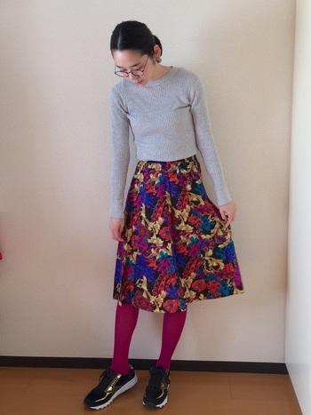 鮮やかなスカートにピンクをオン。スポーティーなスニーカーで、カジュアルダウンするのが上級者の技です♪