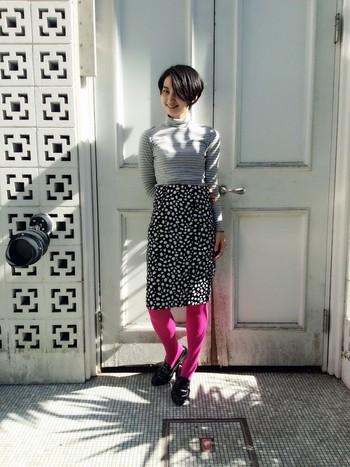 上品なモノトーンの柄コーデに、差し色!鮮やかなピンクを差すことで、個性派スタイリングに仕上がります。