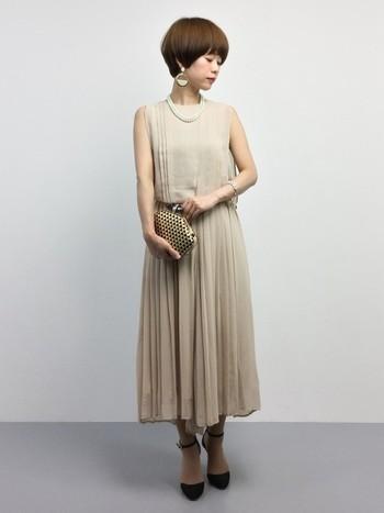 上と同じように柔らかな色合いで全身をまとめていますが、大人の優しい魅力が感じられるのはスカートだからかも。お呼ばれにも普段使いにもOKなワンピースは、一着持っているととっても便利。長めのスカートは小さいお子さんのいるママにもぴったり。