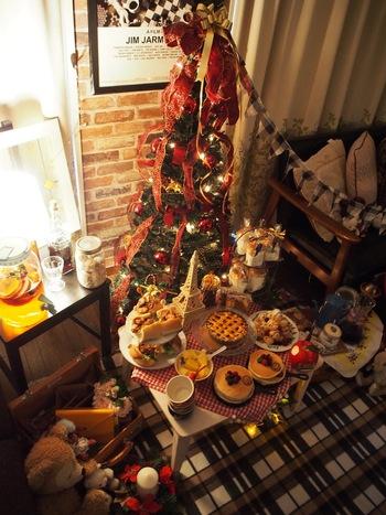 絵本から飛び出したような、温かみのあるカントリー調な飾り付けはカジュアルなお部屋にも◎  まさにザ・クリスマス!といった雰囲気は、お子様といっしょに楽しめそう。
