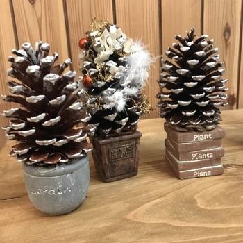 松ぼっくり1個をツリーに見立てたミニツリーもかわいい。松ぼっくりも含めて、材料はすべて100円ショップで揃えられますよ。 たくさん作ってプレゼントにしても素敵ですね。