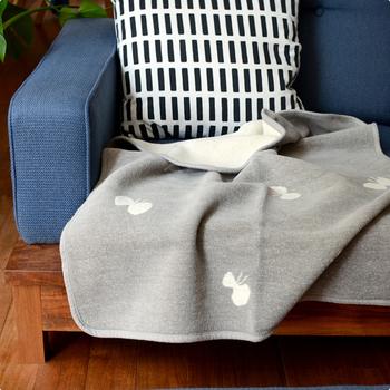 ミナペルホネンとクリッパンがコラボしたブランケットは、ミナの大人気モチーフ「CHOUCHO」をテーマにしています。高密度で織られた糸は、湿度を調整しやすくすこし寒い季節に重宝します。洗濯機で丸洗いすることができるので、清潔を保つのも簡単!肌に直接触れるブランケットはいつも清潔にしておきたいものですよね。