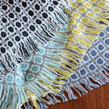 伝統的な織りをもとにデザインされたというこちらのブランケットはニュアンスのあるカラーバリエーションがとても素敵。全色揃えて、きちんとたたんで重ねるという収納にチャレンジしたくなりますね。