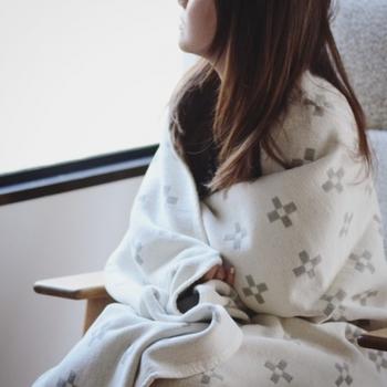 ちょっと寒いなと感じたら、さっとブランケットを羽織る。昼間はちょうどいい気候でも、朝晩が冷えるという日は季節の変わり目にはよくあるものです。朝、しっかりと目覚めるまでちょっとブランケットを羽織っておくだけで、ゆったりとした気持ちで目覚めていくことができそうです。