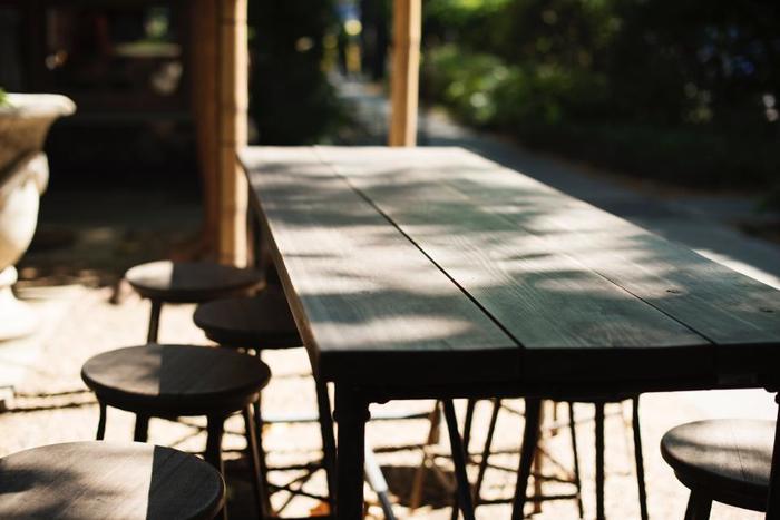 触ったり叩いたりするのは本物の木でなくても木で作ったテーブルやドアなど木製品であれば何でもOK。ちなみにアメリカでは「Knock on wood」と言って木製品をコンコンと2度叩きます。