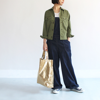 パッと目を惹くゴールドの大きめトートバッグは、キラキラと光るシャイニーカラーが印象的。オーバーオール×カーキシャツのボーイッシュなコーデに合わせて、トレンド感のある今っぽさをアピールしちゃいましょう♪