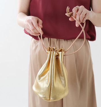 ゴールドは着こなしに取り入れるのが難しそうと感じるかもしれませんが、小物なら使いやすくて簡単におしゃれにキマるのでおすすめ♪ ぜひ秋冬コーデの小物使いに、ゴールドという選択肢をプラスしてみてはいかがでしょうか?
