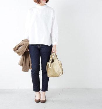 白のハイネックトップスに、デニムパンツを合わせたとってもシンプルなコーディネート。そこにゴールドのトートバッグをプラスすれば、簡単にトレンドコーデに早変わりしてくれます。レザー素材のゴールドバッグなら、大人の女性でもチープな印象になりません。