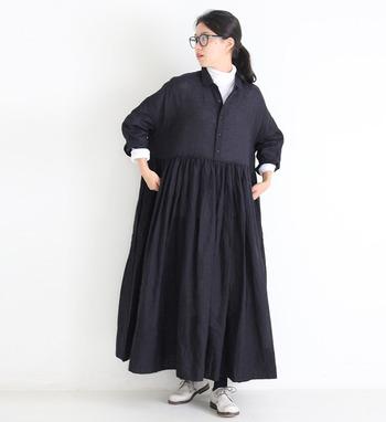 黒のゆったり着られるワンピースは、一枚だけで着ると重たい印象になりがち。首元からタートルネックを覗かせるだけで、色味と軽さをプラスできます。