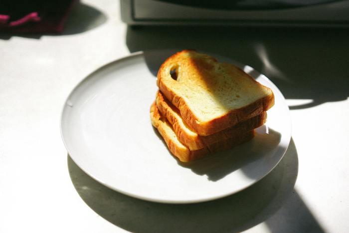「グルテンフリー」って何?という方も多いのではないでしょうか…。グルテンフリーの「グルテン」というのは、小麦などに含まれるたんぱく質(小麦たんぱく)のことで、パンなどを食べると感じるあのモッチリとしたコシの元でもあります。つまり、「グルテンフリー」というのは、小麦たんぱくを食べないこと。  実は、この「グルテンフリー」、元々はグルテン(小麦)を体質的に受け付けない、小麦アレルギーの方達の体質を改善するために用いられていた治療法のひとつなんだそうですが、その他にも、美容と健康、体質改善にも良いとされ、多くの注目を集めています。  日本では、お米や蕎麦など比較的グルテンを含まない食材が多い傾向にありますが、パンが主食の欧米では、グルテンフリーのレストランやパン屋はもう当たり前の存在なんだとか…。 みんなが笑顔で食べられる、「グルテンフリー」な世の中になるのも、近い未来に現実になるかもしれませんね!