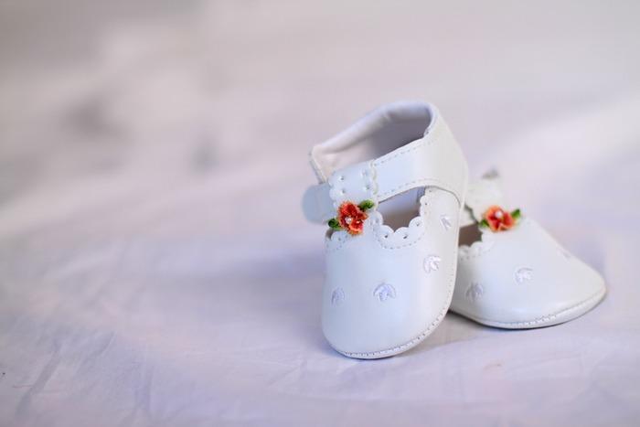 「ベビーシューズを玄関先に置いておくと幸せが訪れる」「右靴のモチーフを飾ると幸せになる」「右足から靴を履くと幸せなことが起きる」などと言われ、靴は幸運のシンボル。特に英語の右はRightで「正しい」という意味もあるため、よりラッキーとされているそうですよ。