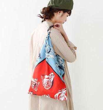 スカーフを活用するのが難しいと感じる方は、スカーフデザインのバッグを取り入れるのもおすすめです。ちょっぴり派手さのあるスカーフバッグをコーデに取り入れれば、シンプルなベージュのワンピースもこなれた印象になりますね。