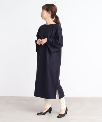 黒のシンプルなワンピースは、一枚で着るだけでは少し寂しげな印象に。そんな時には、レギンスをプラスしてみてください。黒×白のカラーリングで、今っぽさ抜群のモノトーンコーデが楽しめます。