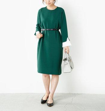 無地のワンピースは、一枚で着るとなんだか物足りなさを感じることも。そんな時には、細ベルトでウエストをキュッとマークしてみましょう。ストンと落ちるシルエットのワンピースなら、スタイルアップの効果も期待できますよ。