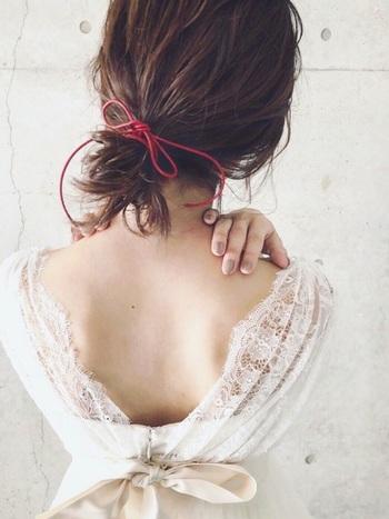 髪をゴムから引き抜かないゆるいお団子も、仕上げに極細リボンを結ぶことでルーズになり過ぎず、程よく抜け感のあるスタイルに。