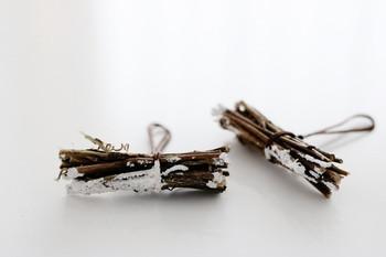 小枝を束ねて麻ひもで結び、ペイントするだけ、と簡単に作れるオーナメント。 そのまま飾ってもかわいいですが、ツリーに吊るしても◎